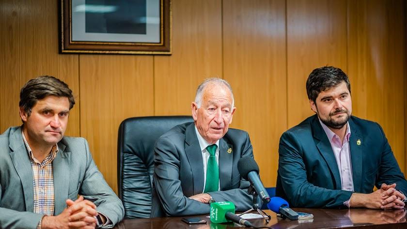 Gabriel Amat, con los concejales Jose Juan Rodríguez (izquierda) y Francisco Gutiérrez.