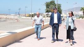Manuel Cortés junto a los concejales Francisco López y Elisa Fernández en la presentación del plan de playas 2018.