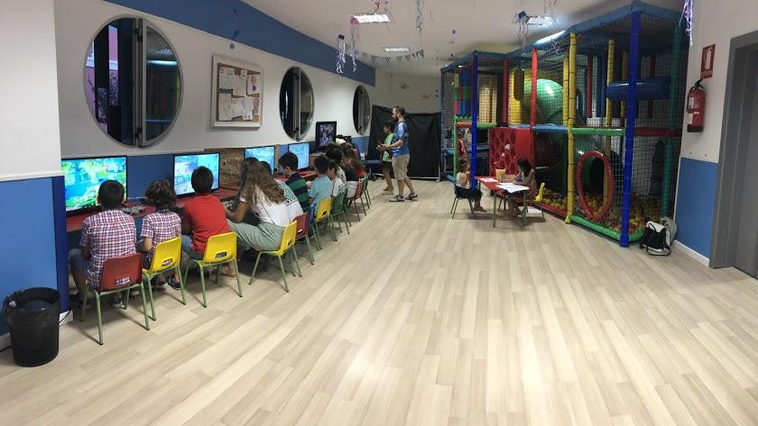 Ludoteca infantil en la Sala EMMA Junior con videojuegos Arcade Bits.
