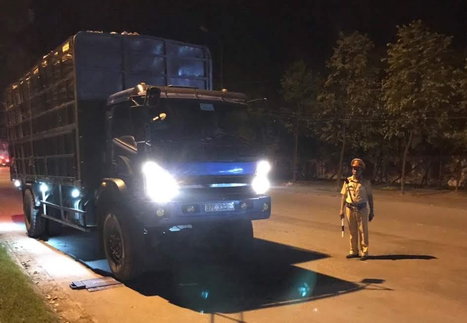 Đội CSGT Công an huyện Yên Thành tăng cường công tác tuần tra đêm, phát hiện xử lý nhiều phương tiện vi phạm chở hàng quá trọng tải cho phép
