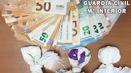 Dinero y droga incautada por la Guardia Civil.