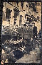 Photo: 1932 Duwkar met bloemen van bloemisterij Van Aart op de markt. Op de voorgrond de 14-jarige Piet Buijnsters (woonachtig in de Postiljonstraat 48), werkzaam bij bloemenmagazijn De Zonnebloem van Leo van Aart (staat rechts daarachter) aan de Bredascheweg 65 Princenhage (na annexatie van 1942 Haagweg 306). Bloemisterij in de zestiger jaren overgenomen door zoon Cees van Aart