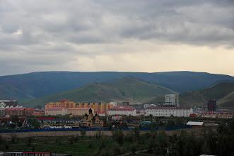 Photo: Ulan Bator moderne : les Russes ont fait d'Ulan Bator la capitale de la Mongolie, et ont sédentarisé les nomades par la force. L'objectif était de contrôler un maximum de ces turbulentes populations (imaginez si la France comptait 40 millions de SDF changeant de lieu tous les 3 mois...). Désormais, Ulan Bator compte 1/3 de toute la population mongole, et attire les ruraux par simple effet de masse. Alors il faut construire, et vite. Le gouvernement s'est lancé dans un vaste programme de logements sociaux.