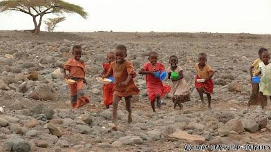 Photo: Keňačata se i rádi rozdělí, ne jako v Etiopii! / Kenyan kids happily sharing food!