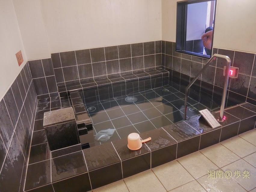 湘南台温泉 らく ドライサウナ前に配置された水風呂 かけ湯がないため屈まないといけないのが難点だ