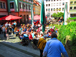 Photo: Regensburg , viel Menschen vorne die Ilse
