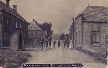 Photo: Links de school deze foto is waarschijnlijk tijdens de mobilisatie van 1914 genomen de militair was er voor de bewaking van de sluis