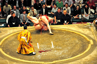Photo: Takanoyama wins this match against Asasekiryu despite a big weight disadvantage (see previous photos).