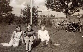 Photo: Eppie Zandvoort, Jannie Enting (leidster) en Jannie Timmenga