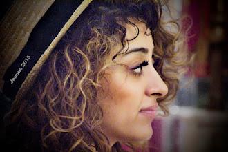 Photo: seitliches Portrait einer Lady mit Strohhut und langen Wimpern
