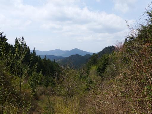 額井岳(中央)、鳥見山(左)