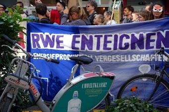 Kinder und jugendliche Demonstrierende, Transparent: «RWE enteignen…», im Vordergrund KVB-Mietrad mit Werbung «Umweltklasse!».