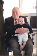Photo: Künstlergespräch MAX EMANUEL CENCIC mit Dr. Renate Wagner am 19.4. 2015 in der Merker-Online-Galerie. Wieder mit dabei (bisher bei jeder Veranstaltung, Raffael Cupak mit seinem Opa Foto: Herta Haider