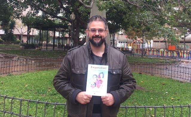 Jesús Muñoz con un ejemplar de su libro 'Imparables' en el Parque de Oliveros.