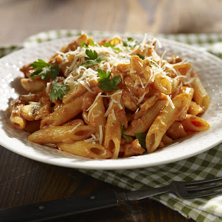 Penne mit cremiger Huhn- und Champignon-Bolognese