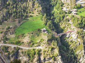 Photo: Hier die  Matterhorn-Gotthardbahn in Tal beim Überqueren der bekanntebn Brücke