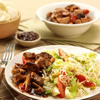Babi Ketjap met shiitakes en gewokte knoflooknoedels