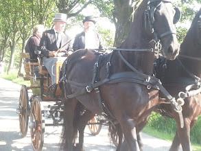 Photo: Piet Kaldenberg brengt burgemeester Van Ruijven en de heer Jaap Zwart van de Vervoornstichting met een rijtuig met Friese paarden naar het Historische Oogstfeest.