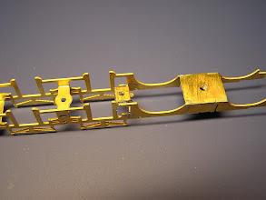 Photo: 5. Příčník připájený k rámu - ploška s dírou pro šroub je orientována dozadu / ke středu rámu.
