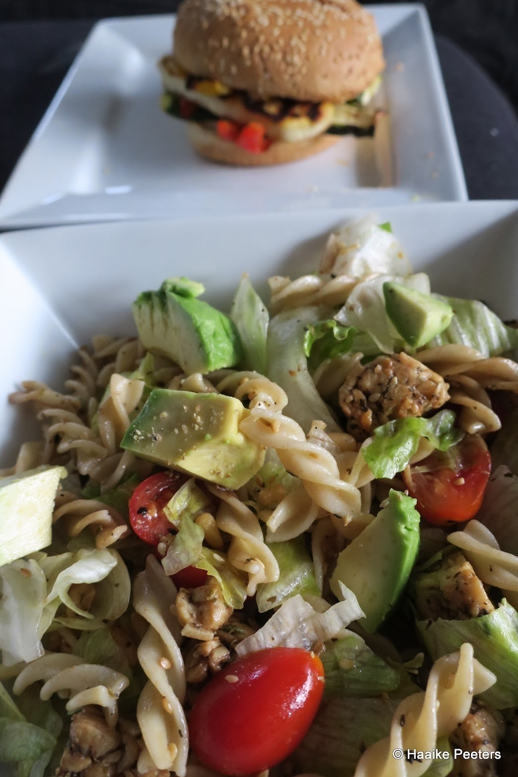 Halloumiburger en tempeh-salade (Le petit requin)