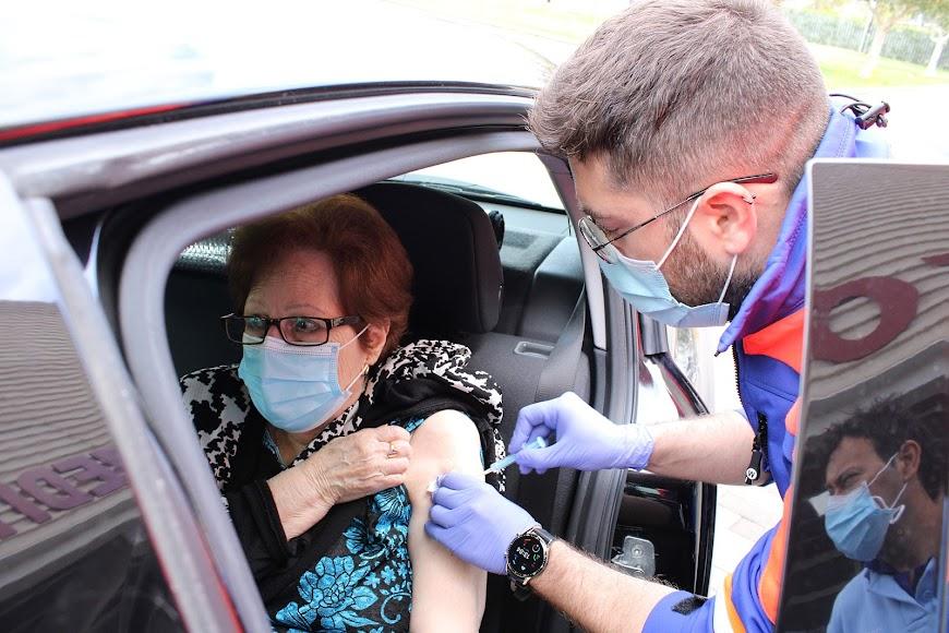Recibiendo su vacuna en el vacunódromo.