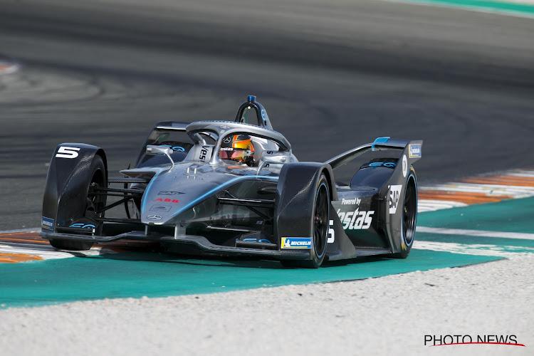 🎥 Complete stilstand na massacrash kort na start in virtuele Formule E, Vandoorne sleept er wel tweede plek uit