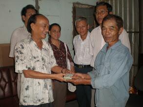 Photo: Thầy Thi trao món quà đầy tình nghĩa của Gia Đình NLS Bình Dương cho thầy Nhàn