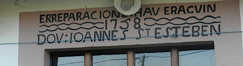 """Photo: 15h46 Encore un beau linteau en évitant un domaine privé pour regagner la voiture de Michel """"Cette réhabilitation a été faite en 1758 par Ioannes (jean) ST Esteben"""""""
