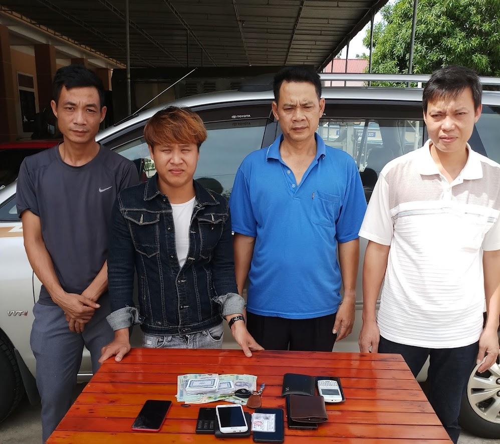 4 đối tượng thuê nhà nghỉ đánh bạc bị bắt quả tang