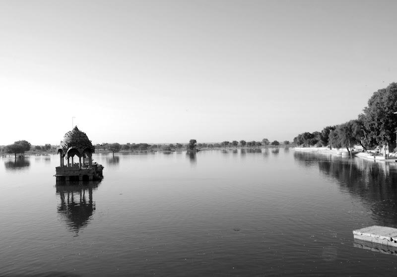 In riva al lago per riflettere di Migliu