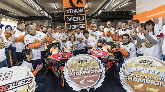El equipo Honda Repsol celebrando la triple corona