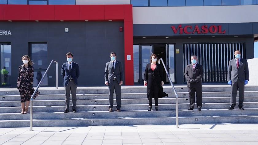 Juanma Moreno y resto de representantes públicos en la visita a Vicasol 3