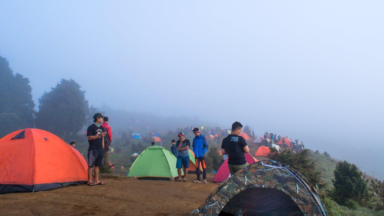 Saat kabut menyelimuti sunrise camp gunung prau