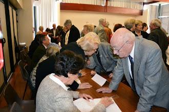 Photo: 3 - Les adhérents signent les feuilles de participation