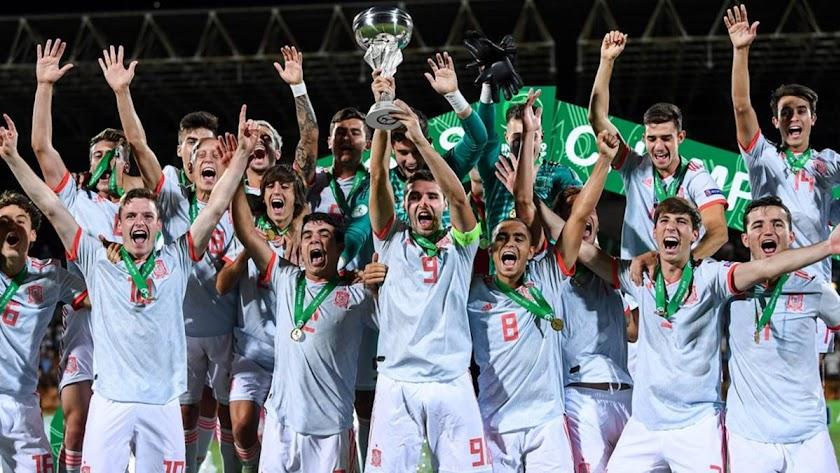 Los campeones de Europa con el trofeo.