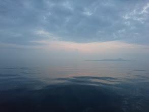 Photo: 湖のような水面。 すでに暑いです!