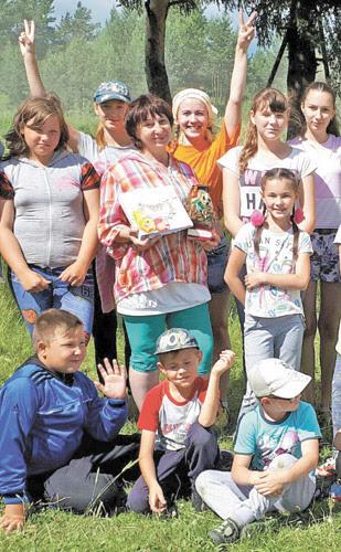 За время работы в верхнесинячихинской библиотеке Людмила Юминова (в центре) провела столько интересных встреч и мероприятий!