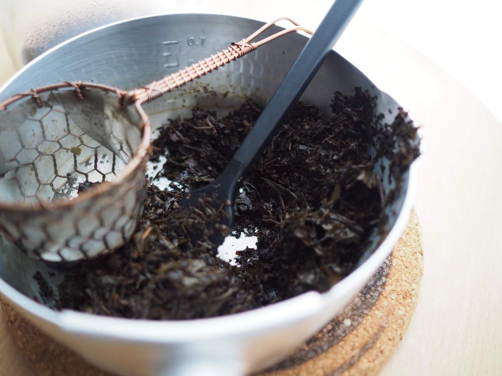 茶葉に残った水気を絞り切る