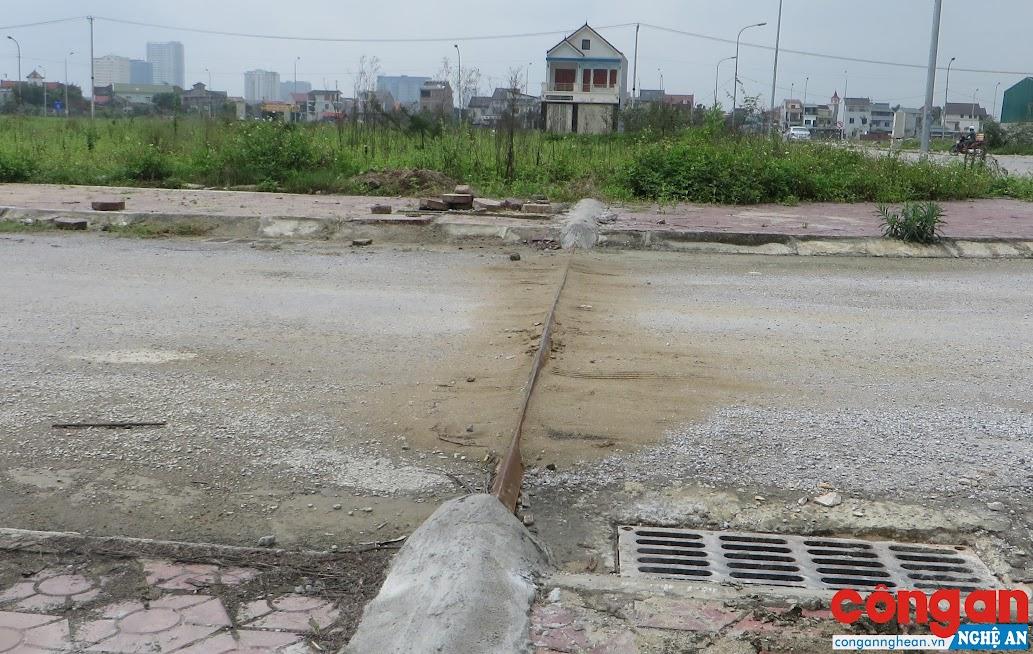 Người dân dùng thanh sắt hình chữ V bảo vệ ống nước qua đường