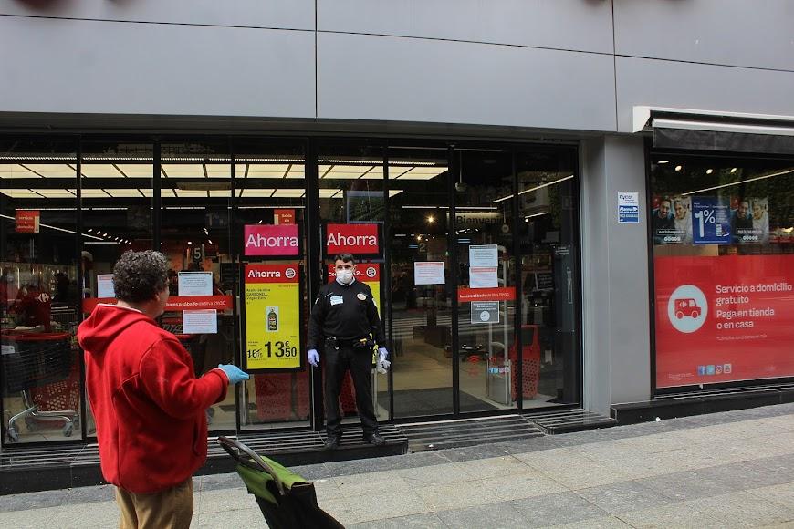 Ciudadanos en calo para acceder al supermercado del Paseo de Almería Carrefour Market.