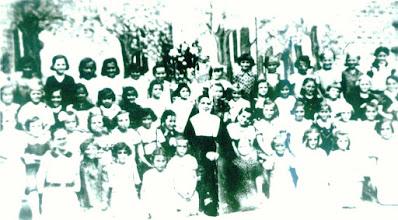 Photo: Hajdú Jánosné Kirják Mária 1937, első osztályos katolikus lányok a Zárda iskolában Salvator nővérrel