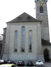 Photo: Fraumünster -kirkko ja Marc Chagallin lasimaalaukset (näkyvät näiden ikkunoiden sisäpuolelta!)