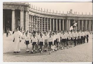 Photo: Julio 1967 La Escolanía en la Plaza de San Pedro de Roma. Por la fila de fuera veo a Victor Pablo, Froilán Cortés, Andrés Trapiello, José Antonio, Fernando Alonso, Dacio, Tarno, Oscarín, Avelino....