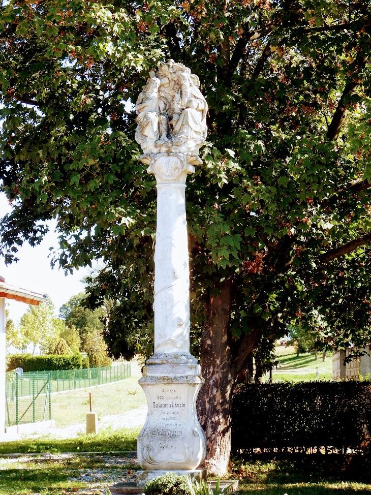 Zsira - Szentháromság-oszlop a temetőnél