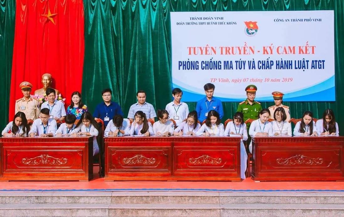 Học sinh trường THPT Huỳnh Thúc Kháng ký cam kết chấp hành nghiêm Luật giao thông và phòng chống ma tuý.