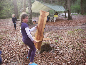 Photo: Stella mit ihrem tollen Holzstuhl