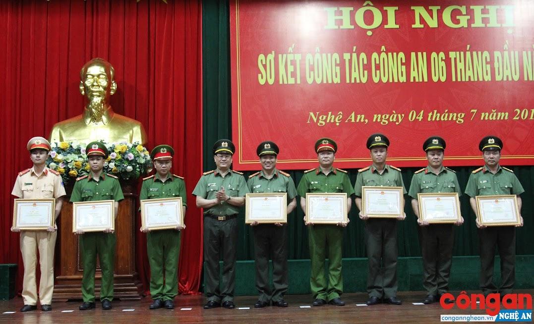 Đồng chí Đại tá Nguyễn Hữu Cầu, Giám đốc Công an tỉnh thừa ủy quyền trao Bằng khen của Bộ Công an cho các tập thể, cá nhân có thành tích xuất sắc trong công tác