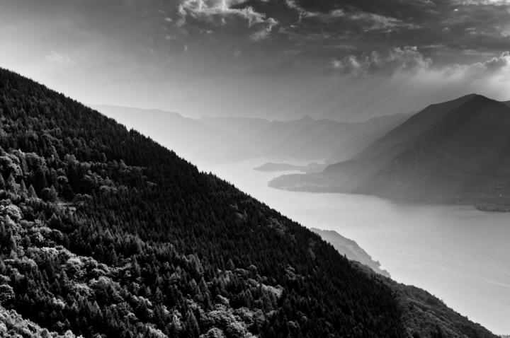 Il lago tra le montagne di tudorsvet