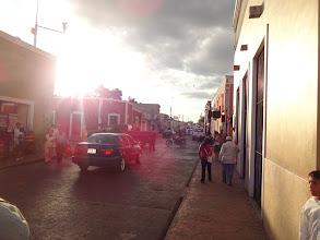 Photo: Příjezd do městečka Valladolid. Za povšimnutí stojí funkční semafory v kombinaci s policajtem urychlujícím dopravu.