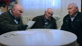 Imagen del documental con tres despertadores reunidos.